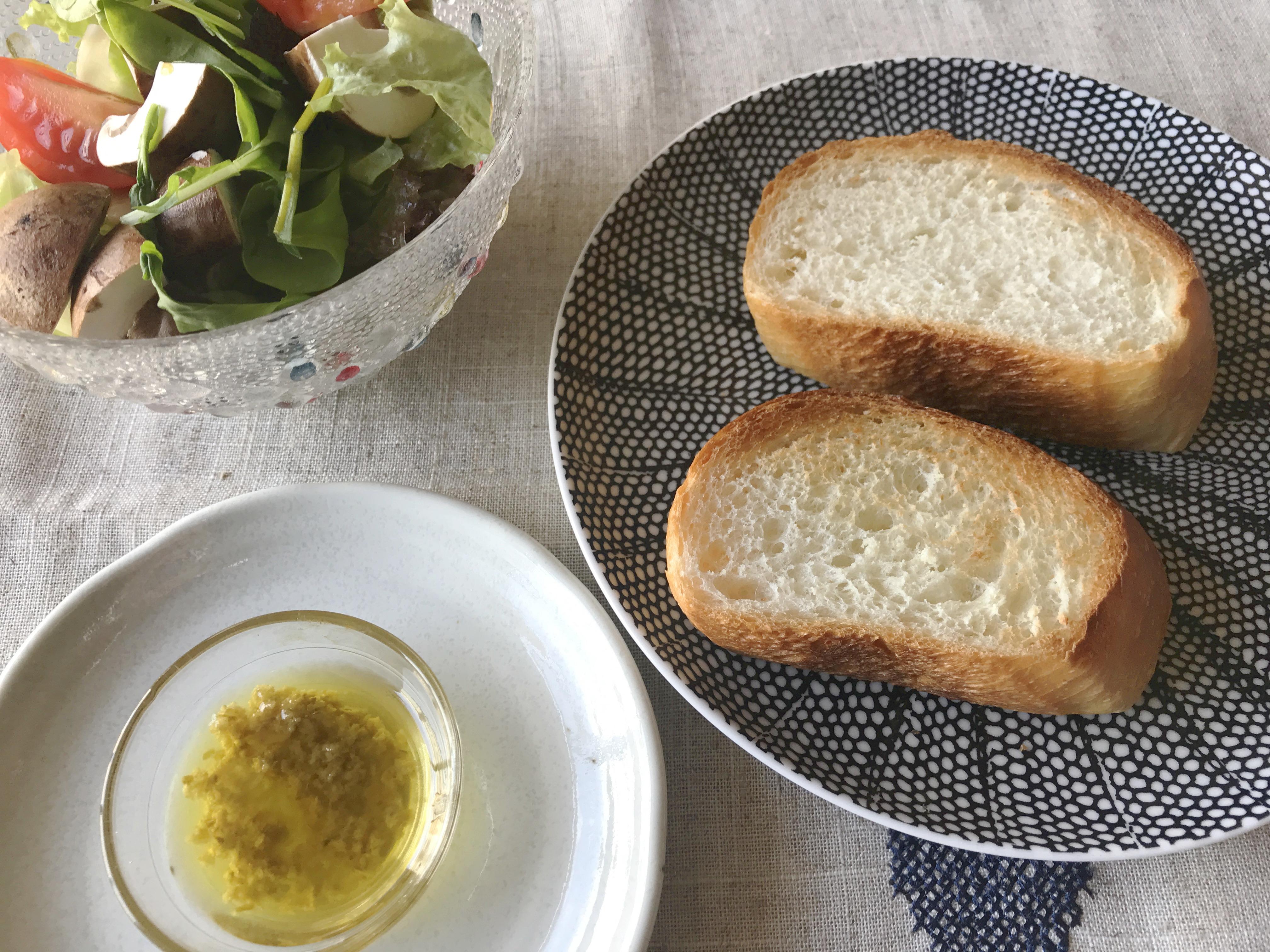 オリーブオイルと柚子胡椒をパンに塗る